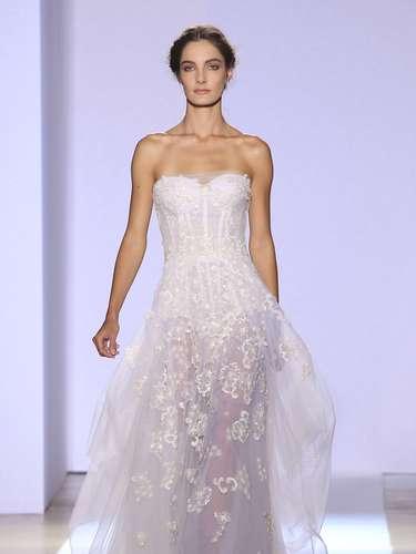 O outro look desfilado por Mariana foi um vestido branco tomara-que-caia romântico, com transparências na cintura para baixo