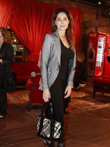 Christiane Torloni tem pernas longas, o que permite usar calças capri com ankle sandals. O blazer de tecido mais sofisticado é ótimo complemento para as peças pretas. A textura do paletó combina com um dos tons da estampa da bolsa, criando visual harmonioso e chique. Copie