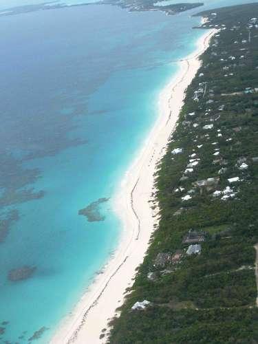 A ilha de Harbour Island é uma das mais famosas e românticas entre as que formam o arquipélago das Bahamas. Em meio às incríveis paisagens paradisíacas caribenhas das Bahamas, Harbour Island se destaca por suas praias de areias rosas como Pink Sand Beach, com 5 km de extensão