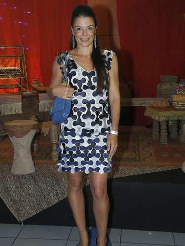 Mylla Christie posa com vestido da estilista Gloria Coelho em tons de azul, cor que ajudou a escolher a bolsa. Os escarpins pretos são neutros e completam bem o look. O modelo mais curto cai bem em mulheres com belas pernas como a atriz