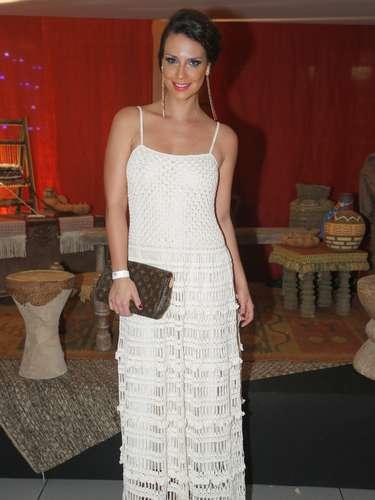 Camila Rodrigues usa vestido longo todo feito de crochê da estilista Alzira Vieira. A atriz fez bem em deixar o vestido brilhar sozinho sem o uso de muitos acessórios. Os brincos longos e a maquiagem colorida deixaram o visual sofisticado, sem pesar