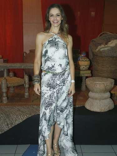 Bianca Rinaldi usa vestido com tecido fluido e saia tipo mullet. A estampa preta e branca é discreta, o que permitiu o uso de cinto colorido. As pulseiras largas estão super em alta. A atriz poderia apenas ter trocado as sandálias por modelo mais delicado