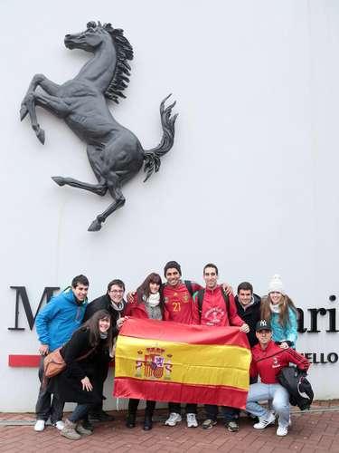Fãs espanhóis exibem bandeira do país enquanto aguardavam por início da apresentação, em frente ao Museu da Ferrari, em Maranello
