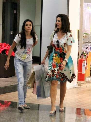 Fã de vestidos acinturados, a jornalista passei no Rio de Janeiro com vestido estampado e com detalhe de renda