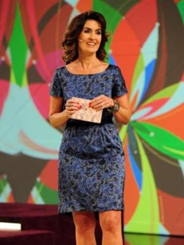 No programa que comemorou seus 50 anos, Fátima usa vestido estampado levemente acinturado e escarpins peep toe