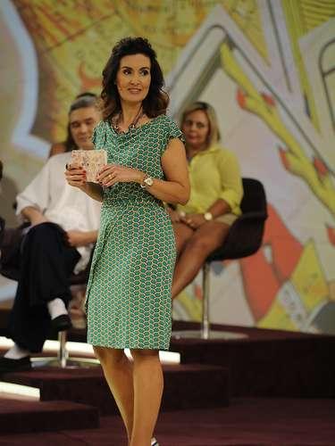 No programa Encontro, Fátima tem mais liberdade para criar looks do que quando apresentava o Jornal Nacional. Aqui, usa vestido verde estampado e sandália colorida
