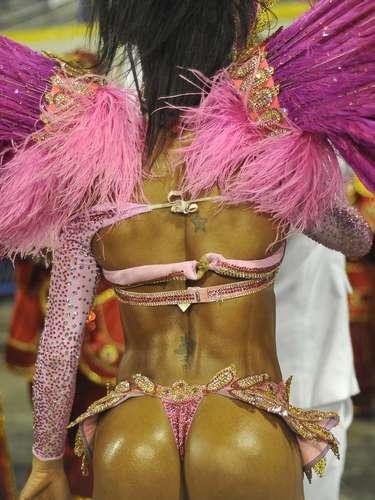 Gracyanne Barbosa chamou atenção durante desfile no grupo de Acesso do Rio de Janeiro nesta sexta-feira. A rainha de bateria da Unidos do Jacarezinho sambou com uma fantasia ousada