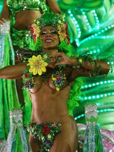 Ex-BBB Fabiana Teixeira, a Mama, encarnou papel de Eva em desfile