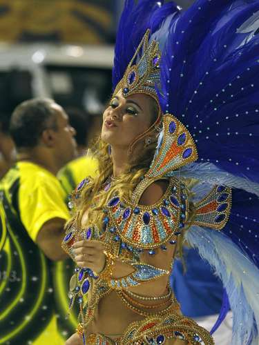 Bruna Almeida, rainha de bateria da São Clemente, escola que abre o segundo dia de desfiles no Rio de Janeiro