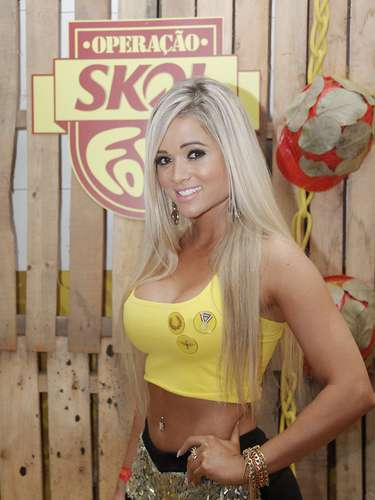 A ex-panicat Aryane Steinkopf fez a alegria dos marmanjos na estreia no Carnaval de Ouro Preto