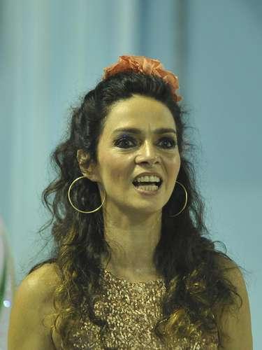 A atriz Cláudia Ohana puxou o desfile da escola