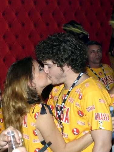 O casal de jovens atores Caio Paduan e Juliana Lohmann no camarote da Devassa, no Rio de Janeiro