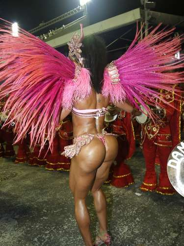 Gracyanne desfila pela Unidos do Jacarezinho, na Série A do Rio