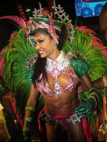 Gracyanne Barbosa se prepara para entrar na avenida