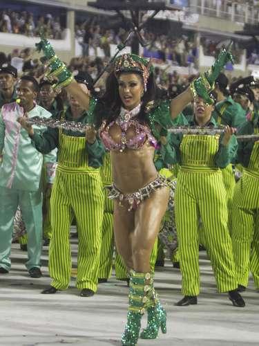 Gracyanne canta enredo da Mangueira em desfile das escolas de samba