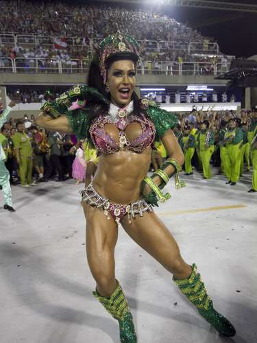 Rainha faz pose inusitada na Sapucaí