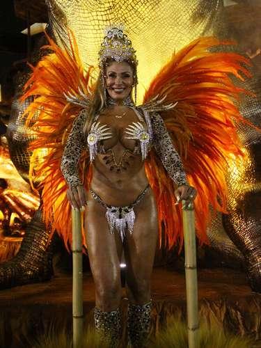 Destaque em desfiles, Ângela Bismarchi mostrou boa forma
