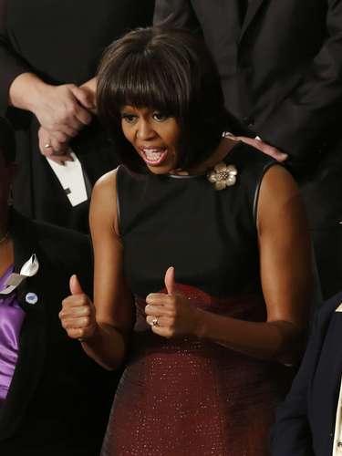 Michelle Obama faz sinal de aprovação durante o discurso do marido