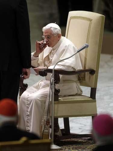 Bento XVI faz acompanha de seu trono a audiência desta quarta-feira
