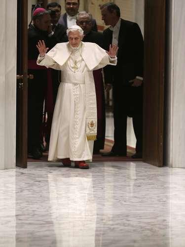 Bento XVI saúda os fiéis ao chegar à sala Paulo VI para a audiência desta quarta-feira