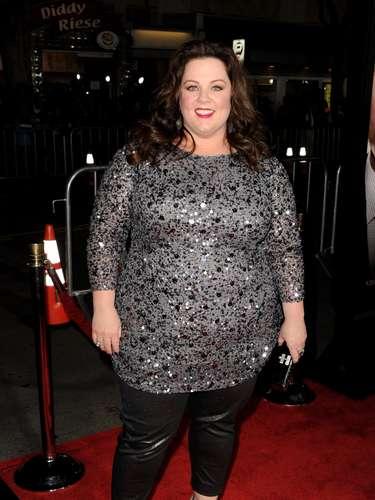 Melissa McCarthy, do seriado Mike & Molly, usa calça de couro, tipo capri, com blusa com brilhos
