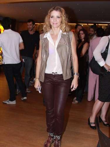 Christine Fernandes combina calça de couro vinho com colete de couro bege e ainda aposta em botas tipo caubói