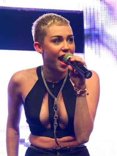 A cantora Miley Cyrus usoutop superdecotado que não permitiria uso de sutiã. Looks muito chamativos assim apenas para pop stars e durante um show