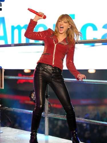 A cantora Taylor Swift combina calça de couro skinny com jaqueta brilhante em visual de popstar. Essa proposta é apenas uma das possibilidades de looks com calças no material