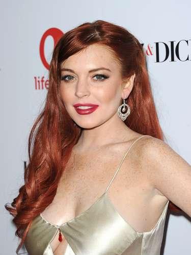 Lindsay Lohan parece desleixada com vestido cheio de recortes que deixou parte dos seios à mostra. Ficou deselegante