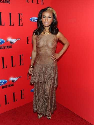 A cantora Melody Thornton exagerou ao usar blusa transparente sem sutiã. Mostrar totalmente os seios está completamente fora de cogitação
