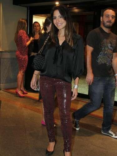 Juliana Knust aposta em legging de couro com brilho e usa camisa mais soltinha para quebar a sensualidade da calça