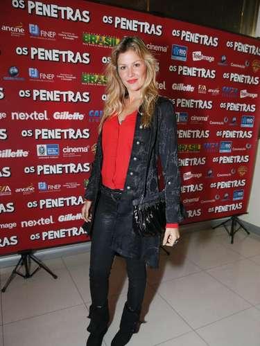 Ellen Jabour combinou peças extravagantes no mesmo visual: calça de couro com textura, casaco estampado, botas e blusa vermelha