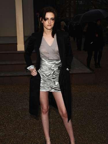 Em 2010, a atriz Kristen Stewart foi assistir a um desfile da grife inglesa Burberry com blusa de tecido fino sem sutiã. O casaco a salvou de um constrangimento