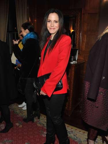 Mary-Louise Parker combina calça de couro de corte reto, imitando os modelos de alfaitaria, com blazer vermelho