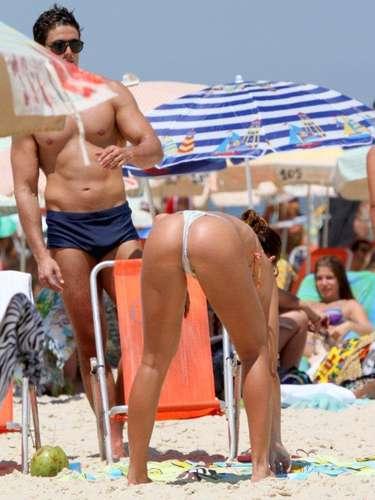 Fevereiro 2013 -As panicats Renata Molinaro e Carol Narizinho aproveitam a pausa nas gravações do programa Pânico para curtir seu período de férias. Nesta quinta-feira (14) as duas foram vistas na praia de Ipanema, no Rio de Janeiro, acompanhadas de seus namorados.