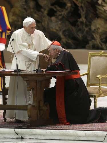 O cardeal Agostino Vallini beija a mão de Bento XVI durante audiência especial em que o Papa se despede de membros da diocese de Roma, no Vaticano.O Papa afirmouque pode ficar em isolamento, longe dos olhares públicos, após deixar o papado no final do mês. \