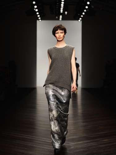 Os tons monocromáticos de cinza foram predominantes nos vestidos de silhueta forte e bem ajustados ao corpo. Os tricôs em xadrez também apareceram bastante na coleção de Zoë Jordan, que mostrou ainda calças de couro pretas combinadas com corpetes em cinza