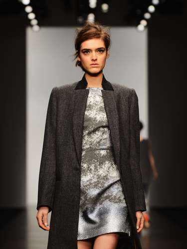 Depois de um pequeno atraso, as modelos começaram a apresentar o que Zoë, estilista que veste celebridades como as cantoras Lady Gaga e Nicole Scherzinger, preparou para a coleção outono-inverno 2013