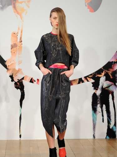 A coleção tem cortes e inspirações bem urbanas que foram refletidas nas silhuetas largas de vestidos, calças e jaquetas