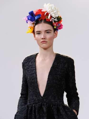 A grifeEudon Choi apostou nas flores como adereço para enfeitar os cabelos das tops