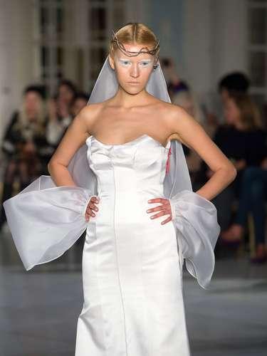 A grife Gyunel deu ênfase à make branca com direito a vestidos de noiva
