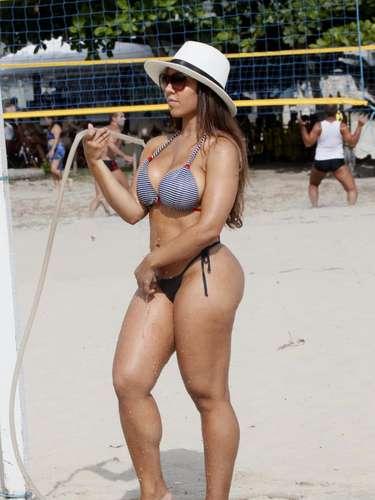 Renata Frisson, mais conhecida como Mulher Melão, foi clicada passando uma refrescante tarde na praia da Barra