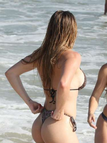 Katiuska Glesse, candidata do Miss Bumbum, exibiu seus atributos na praia da Barra