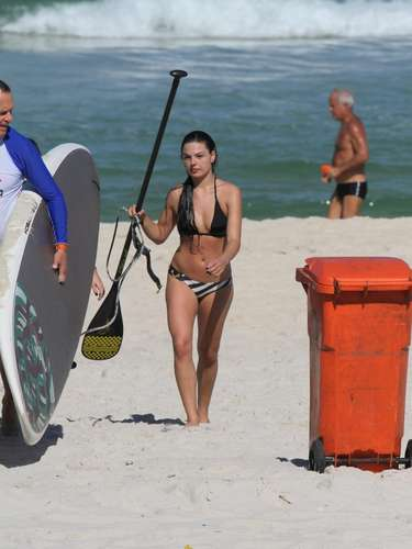 A atriz Isis Valverde foi flagrada na praia do Pepe, após praticar stand up paddle