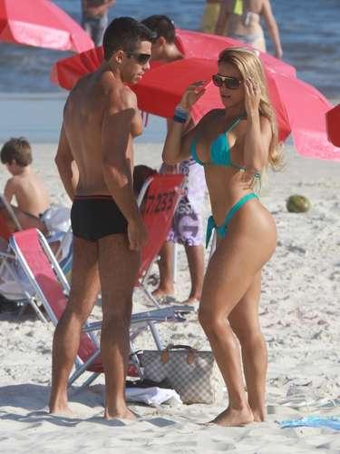 Daniele Vieira, musa da Viradouro, exibiu seus belos atributos na praia da Barra da Tijuca
