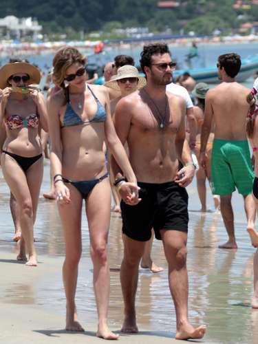 Modelo Ana Beatriz Barros caminhou com o namorado pelas areias do Rio de Janeiro