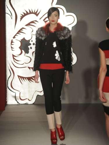 As modelagens escolhidas por Paola Frani não fogem do estilo minimalista da estilista italiana, que sugere para o próximo outono e inverno calças capri justíssimas, vestidos em forma T ou formas fazendo a silhueta lápis