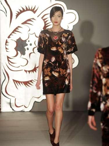 Paola Frani mais do que nunca mostrou o quanto ama o artesanato e convidou a designer Annika Frye para introduzir alguns elementos na grande maioria das peças apresentadas