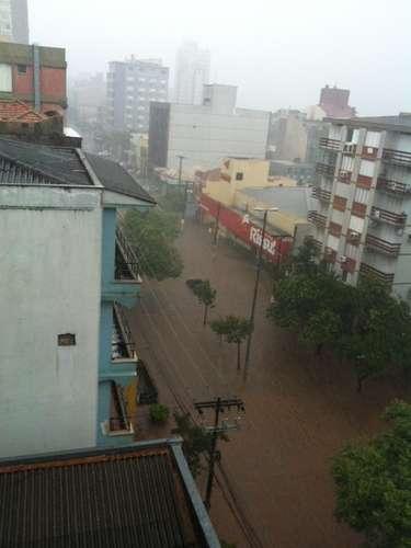 A avenida Cristóvão Colombo, no bairro Floresta, ficou alagada