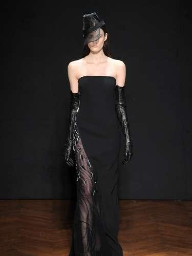 Vestidos com transparências sensuais também apareceram na coleção